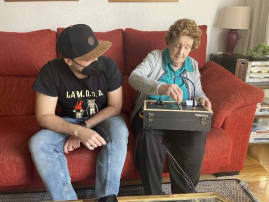 В Испании инженер разработал для своей бабушки аналоговое устройство для общения в мессенджере