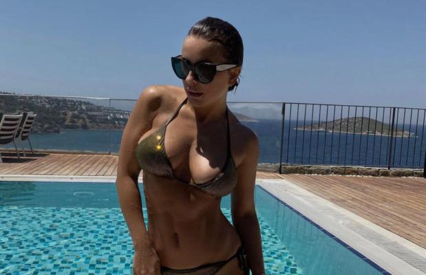 Мокрая Ани Лорак в бикини похвасталась роскошным отдыхом в Дубае