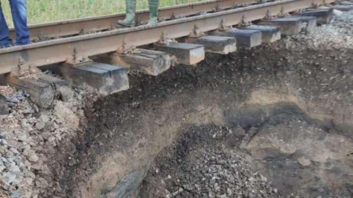 Укрзалізниця змінила маршрут руху потягів через карстовий провал на Буковині