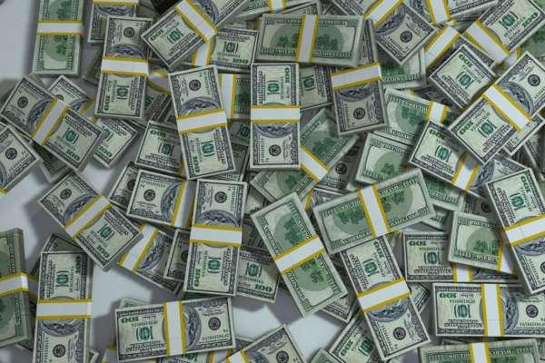 Прибыльная вакцинация: в США женщина выиграла миллион долларов в лотерее среди привитых от Covid