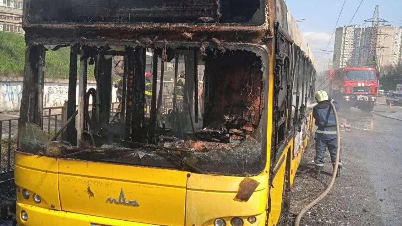 ВІДЕО. У Києві вщент згорів пасажирський автобус