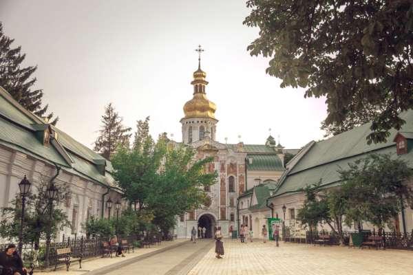 Майже 20% українців збираються піти в церкву на Великдень – опитування