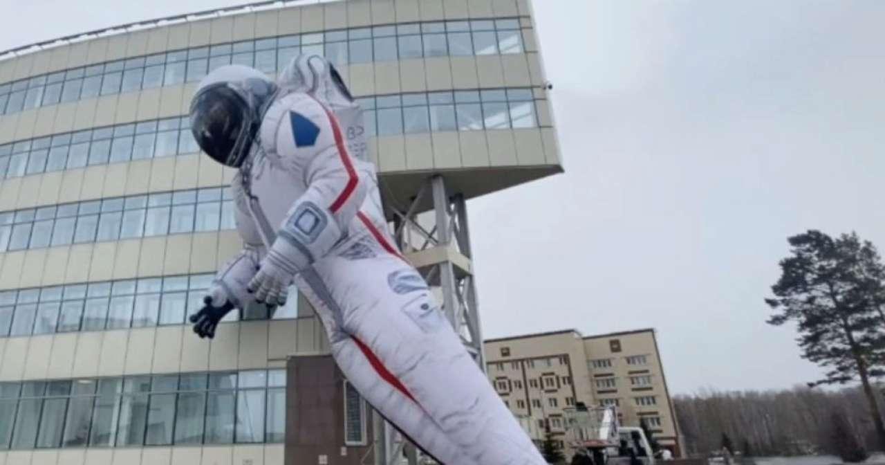 Здувся за добу: у Росії надувний космонавт став об'єктом насмішок. Відео