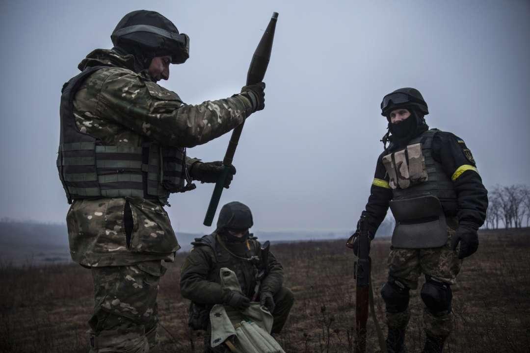 Обстрелы на Донбассе: один украинский военнослужащий убит, еще один — ранен