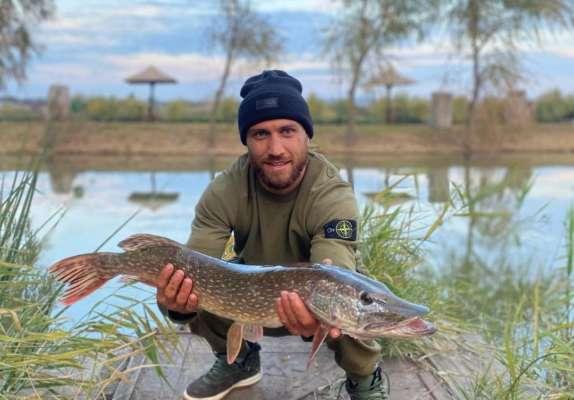 Ловись, рыбка. Ломаченко показал, как поймал большую щуку. Видео