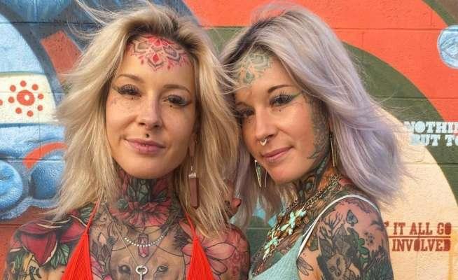 Сестры-близнецы делают друг другу татуировки