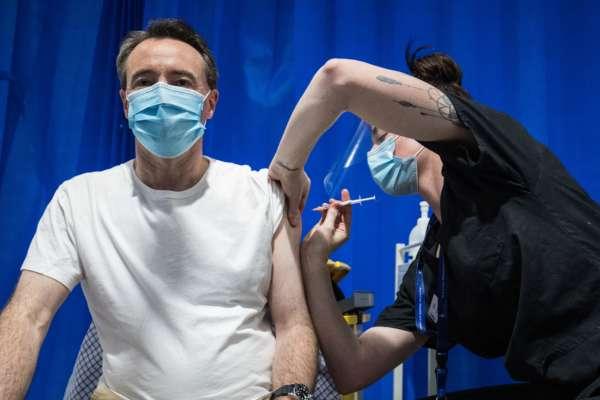 Лікар робить вакцинацію
