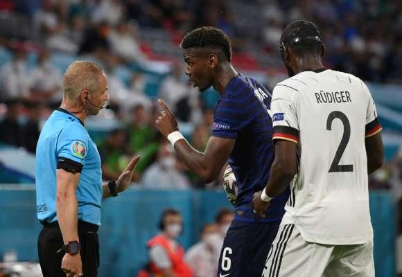 Несподівана вихідка: футболіст намагався вкусити свого суперника за спину під час матчу ЄВРО-2020