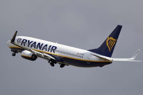 Помахав середнім пальцем: у Польщі пілот літака Ryanair залишив 30 пасажирів у аеропорту