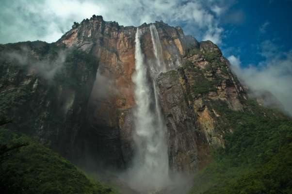 Свободное падение из самого высокого водопада мира: уникальный беспилотник снял впечатляющее видео