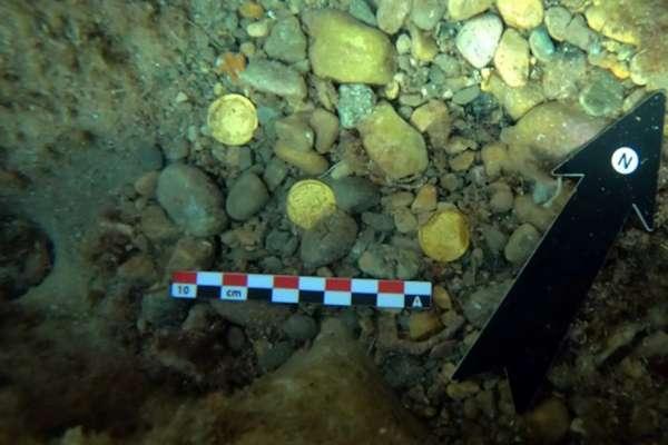 В Испании дайверы нашли в море десятки золотых римских монет