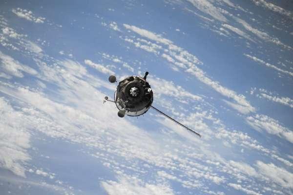 Японський супутник-магніт проведе прибирання в космосі