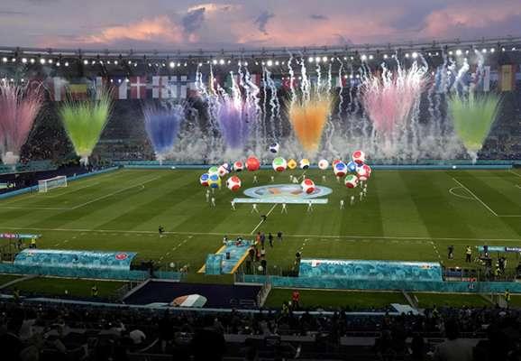 Бочелли, салют и летающие люди. Какой была церемония открытия Евро-2020 (ФОТО)
