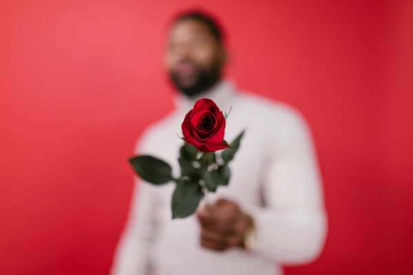 Мужчина с розой