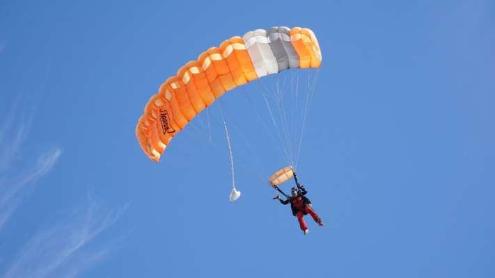 В Польше во время футбольного матча на поле приземлился парашютист