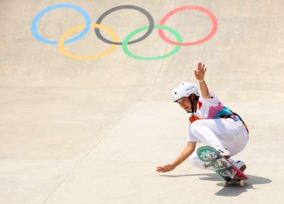 Чудовий кадр: на Олімпіаді в Токіо скейтер врізався в оператора. Відео