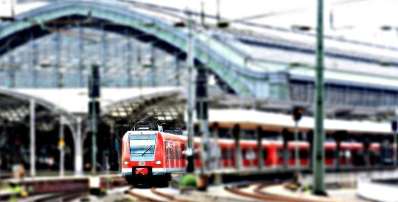 У Польщі зіткнулися локомотив і потяг: є постраждалі