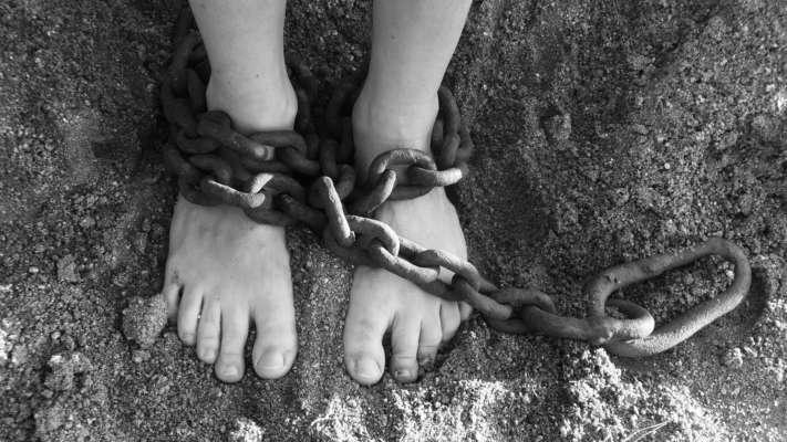 група чоловіків викрала дівчинку та роками гвалтувала її
