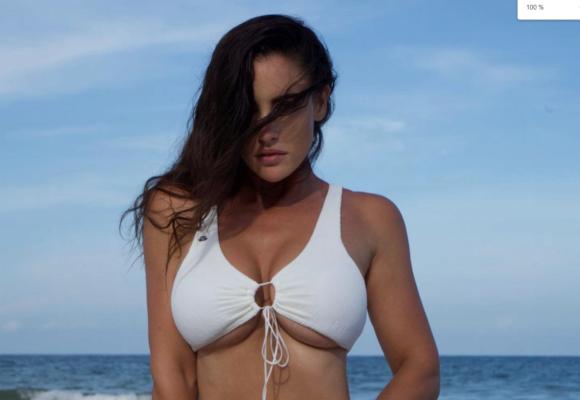 Модель Люсия Яворчекова устроила откровенную фотосессию в купальнике