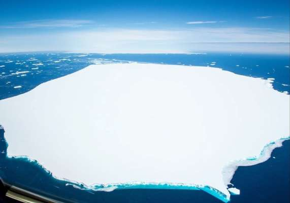 Третий по величине в истории айсберг раскололся на части