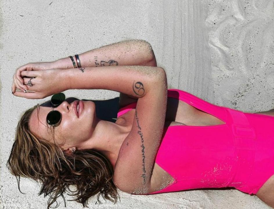 Співачка Слава Камінська похвалилася сексуальним бюстом в малиновому купальнику