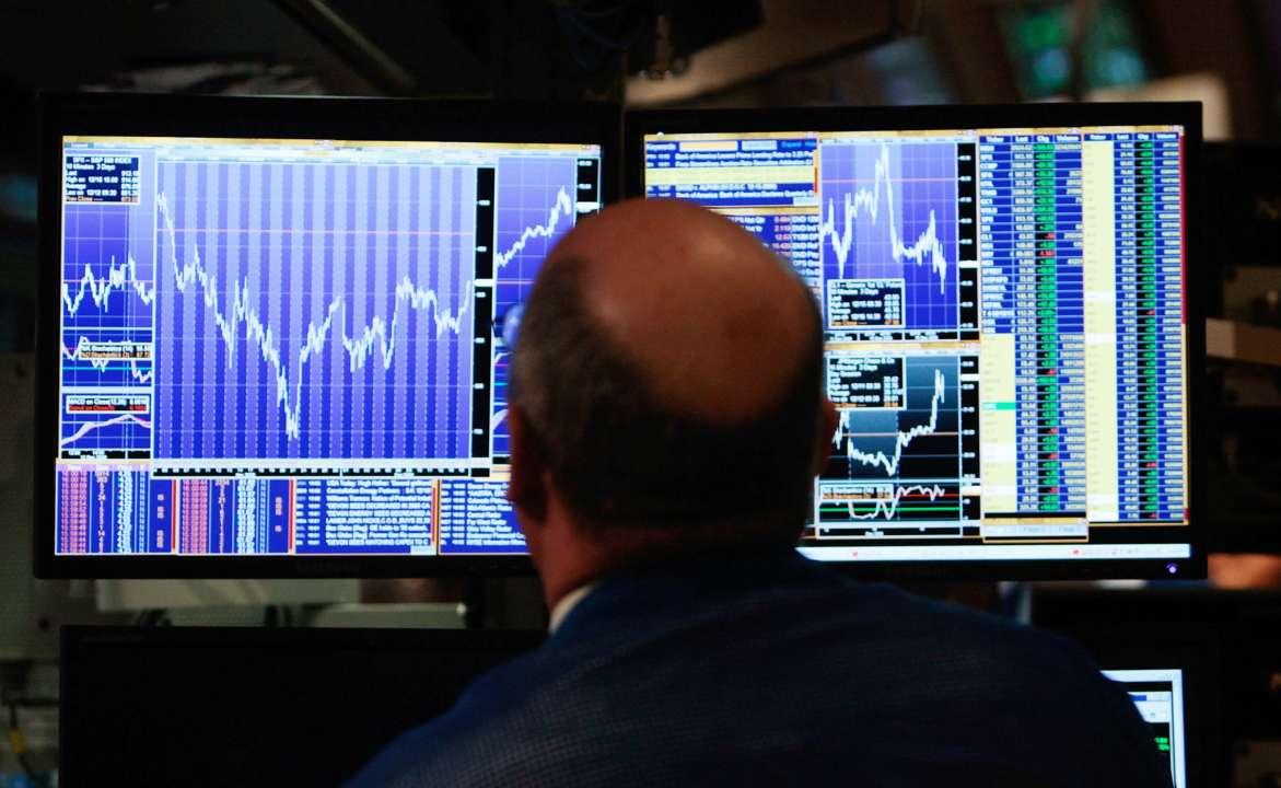 Финансовый профессионал смотрит на экран своего компьютера