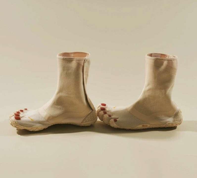 В Японии выпустили ботинки в виде человеческой ноги с педикюром