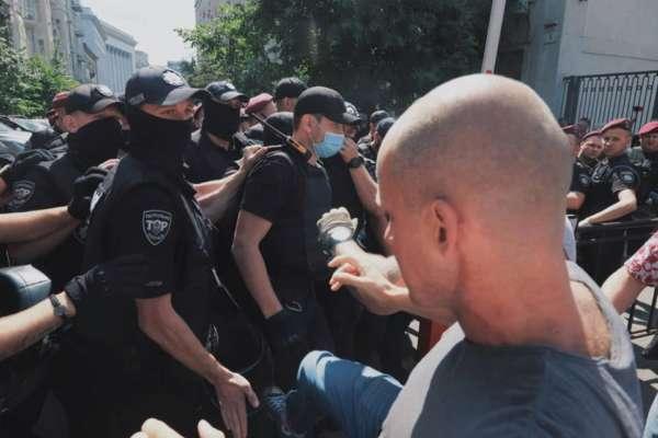 Во время акции в поддержку ЛГБТ-сообщества возле Офиса президента произошли столкновения