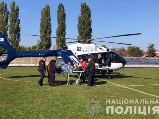 Приземлился на футбольное поле. В Киевской области при помощи вертолета спасли женщину