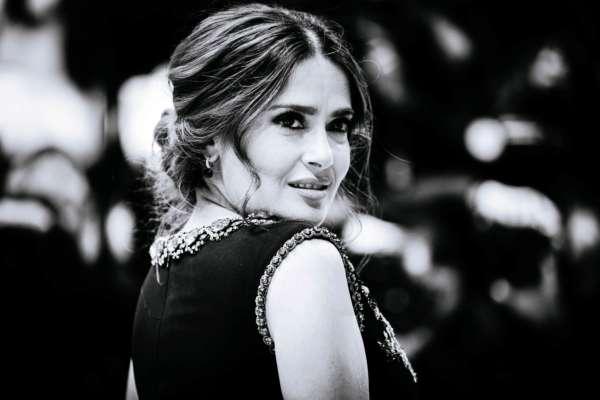 Неожиданное признание: Сальма Хайек публикует прошлогодние снимки из-за проблем с лишним весом