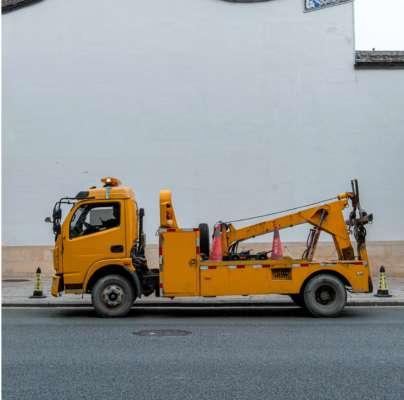 С улицы на выставку: в Италии убрали автомобиль, который припарковали на тротуаре 47 лет назад