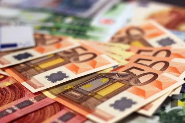 Официальный курс евро упал до минимума за последние 10 месяцев