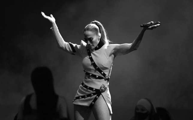 Джей Ло продемонстрировала растяжку во время танцевальной репетиции