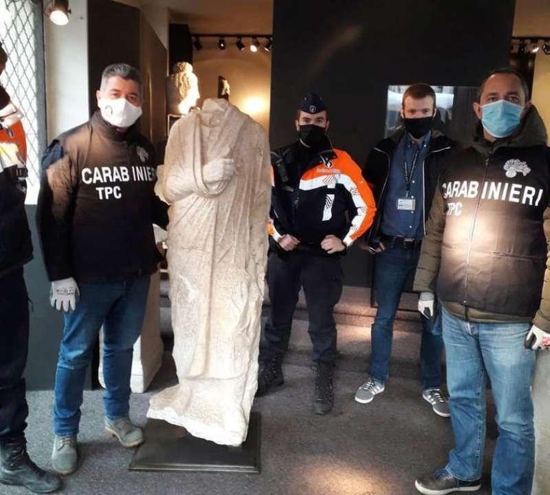 Итальянские полицейские случайно нашли в Бельгии похищенную античную статую