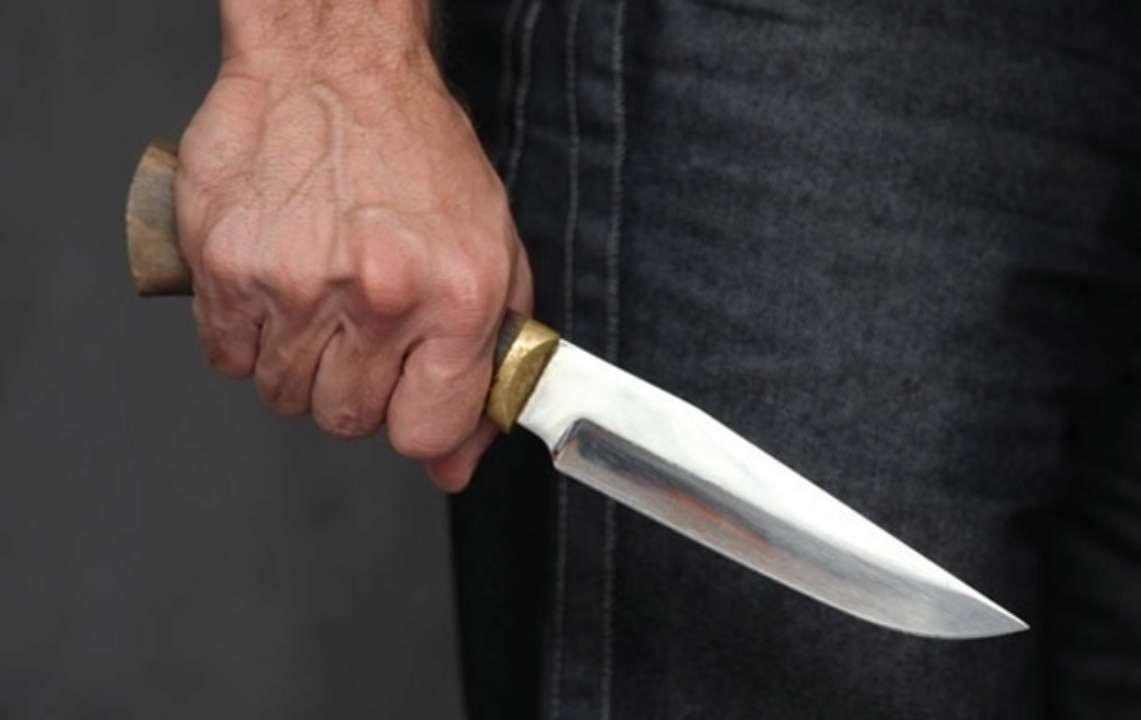 В столичной больнице неизвестный ранил мужчину ножом