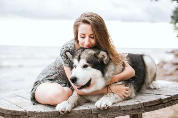 Жінка обіймає собаку