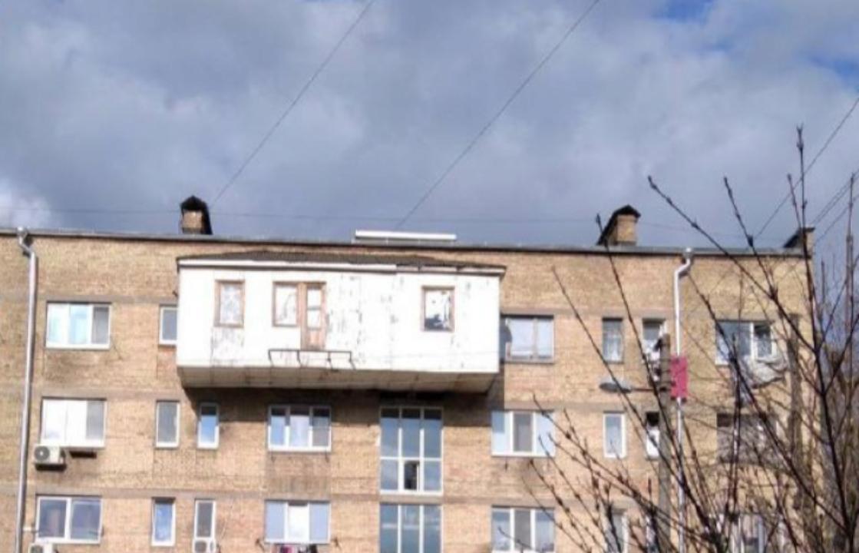 """Как он держится? В Киеве к """"хрущевке"""" пристроили гигантский балкон. Фото"""