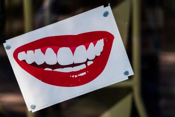 Какие напитки приводят к образованию пятен на зубах