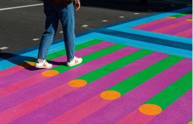 В Лондоне дизайнер превратил пешеходные переходы на красочные картины