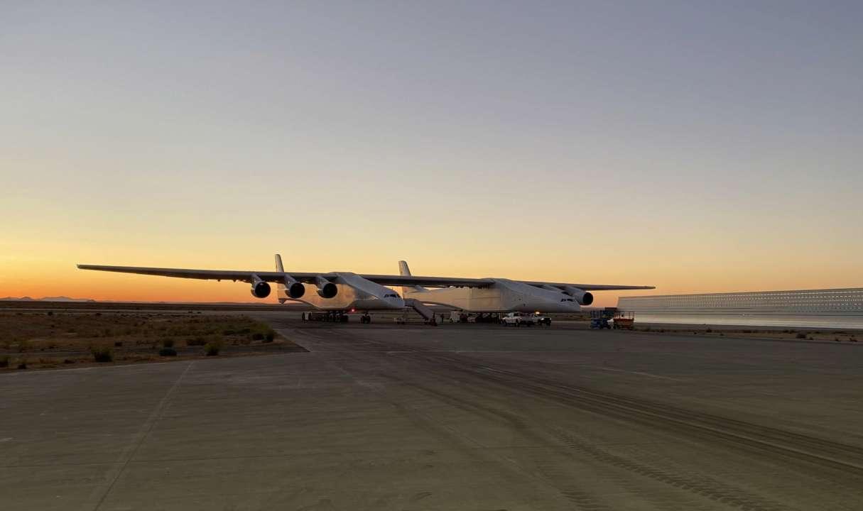 В США провели испытательный полет крупнейшего в мире самолета. Видео
