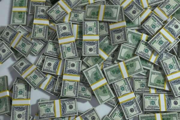 Курс валют: доллар и евро упали в цене