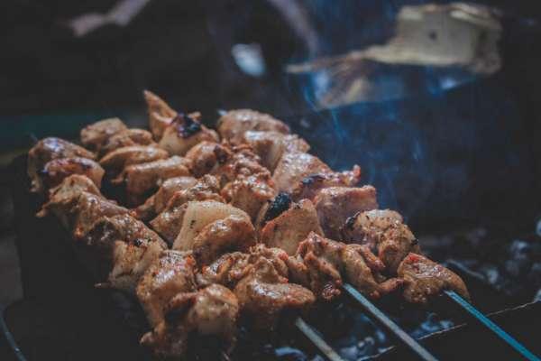 Открываем сезон шашлыков: 3 рецепта маринада для сочного мяса