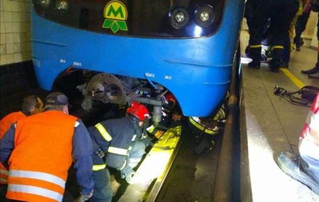 Мужчину достают из-под поезда
