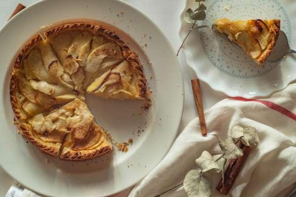 Воздушная шарлотка за 40 минут: рецепт одного из самых популярных десертов в Украине