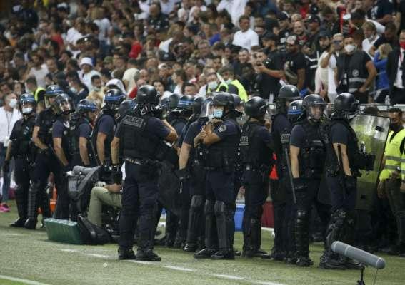 У Франції під час матчу вболівальники вибігли на поле й зчинили бійку з футболістами. Відео