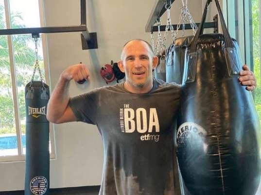 Боец UFC тренируется с огромным удавом. Фото
