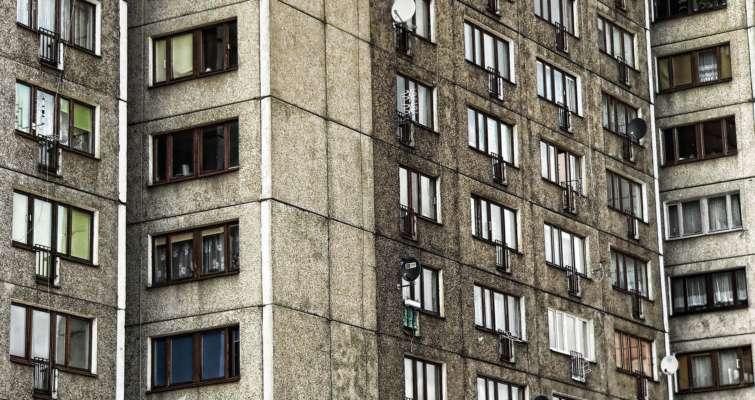 Во Львове 2-летняя девочка выпала из окна, пока пьяная мать спала