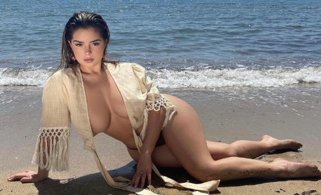 Модель Демі Роуз відпочила на пляжі без бюстгальтера. Фото