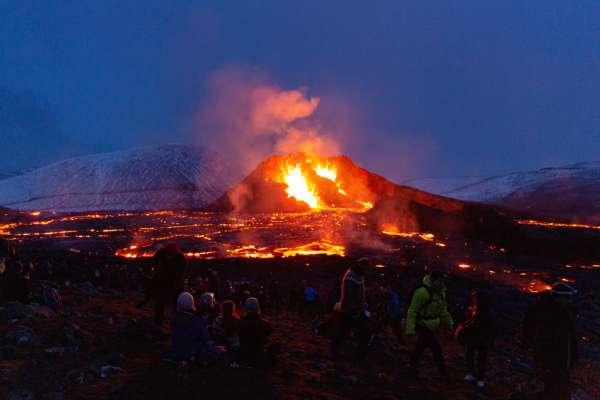 """В Ісландії продають """"найгарячішу землю в країні"""""""