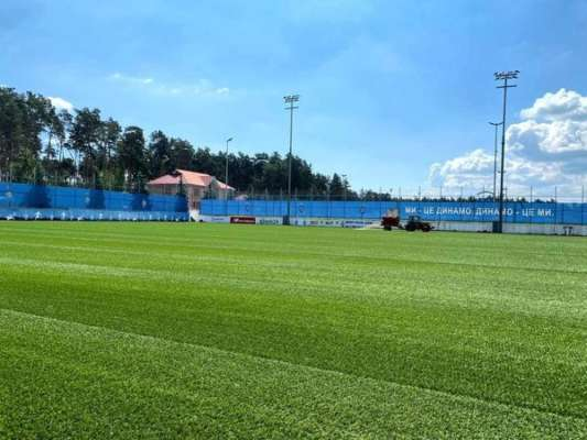 На базі Динамо постелили новий газон. Фото